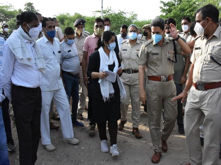 कार्रवाई शुरू करने से पहले नगर निगम और पुलिस  अफसरों ने कॉलोनी का भ्रमण किया। - Dainik Bhaskar