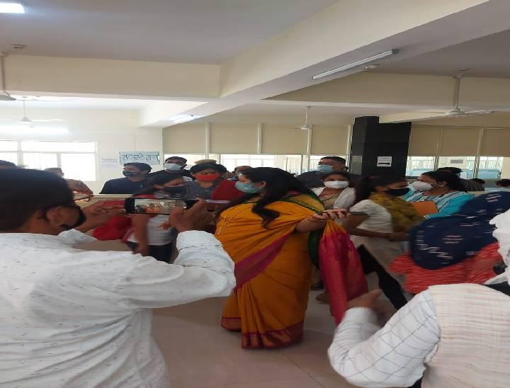 यूपी राज्य महिला आयोग की उपाध्यक्ष सुषमा सिंह मेरठ पहुंची, टीकाकरण में गड़बड़ी को लेकर अस्पताल के स्टाफ को लगाई फटकार|मेरठ,Meerut - Dainik Bhaskar