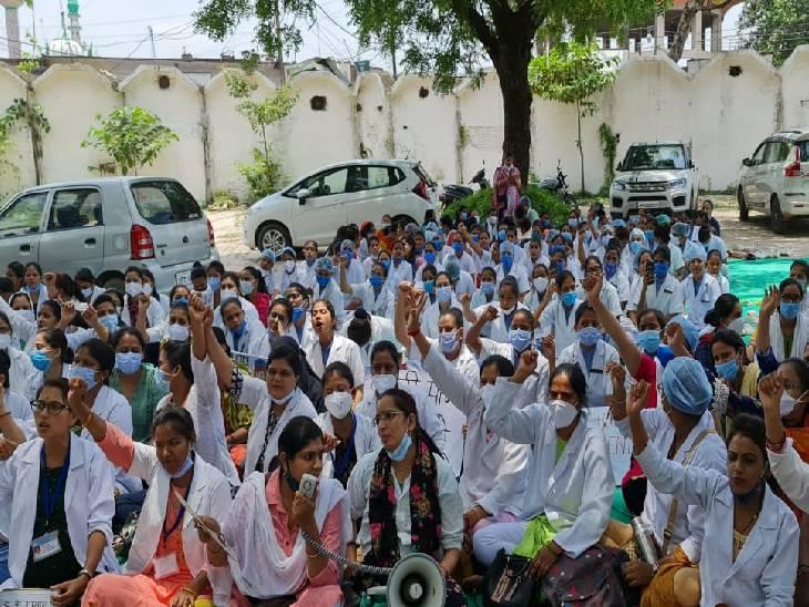750 नर्सों के अनिश्चितकालीन आंदोलन को 400 सफाई कर्मचारियों और वार्ड ब्वाय का समर्थन, वेतन बढ़ाने की मांग को लेकर हुए मुखर|रीवा,Rewa - Dainik Bhaskar