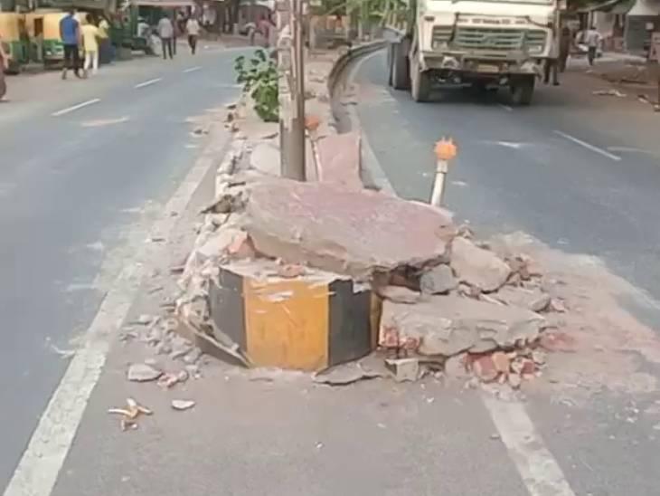 डिवाइडर तोड़ घर के बाहर सो रहे शख्स पर चढ़ा डंपर, मौत; दो लोग घायल, ड्राइवर भाग निकला|आगरा,Agra - Dainik Bhaskar