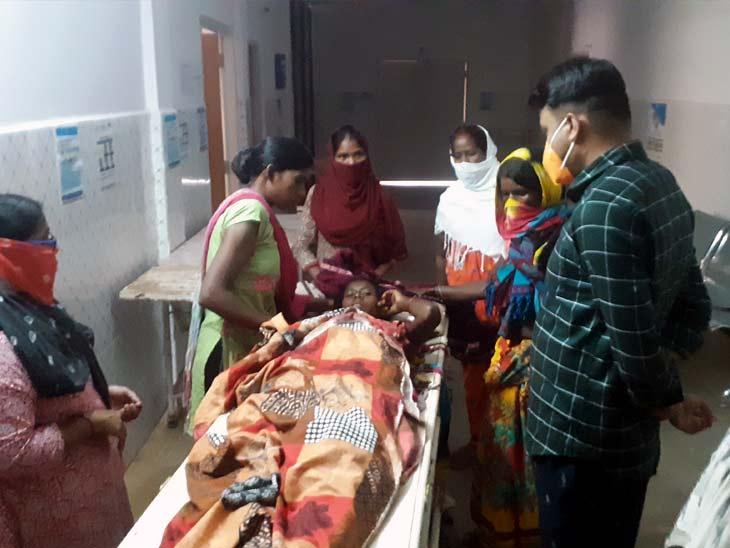 मुन्नी देवी का इलाज रिम्स में चल रहा है। - Dainik Bhaskar