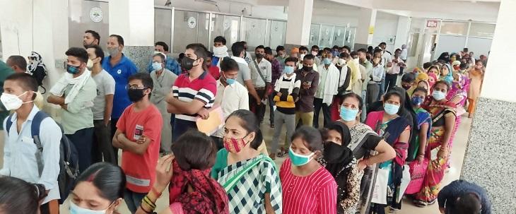 मैन्युअल तरीके से बने परचे, भीषण गर्मी में मरीज और तीमारदार हुए परेशान|कानपुर,Kanpur - Dainik Bhaskar