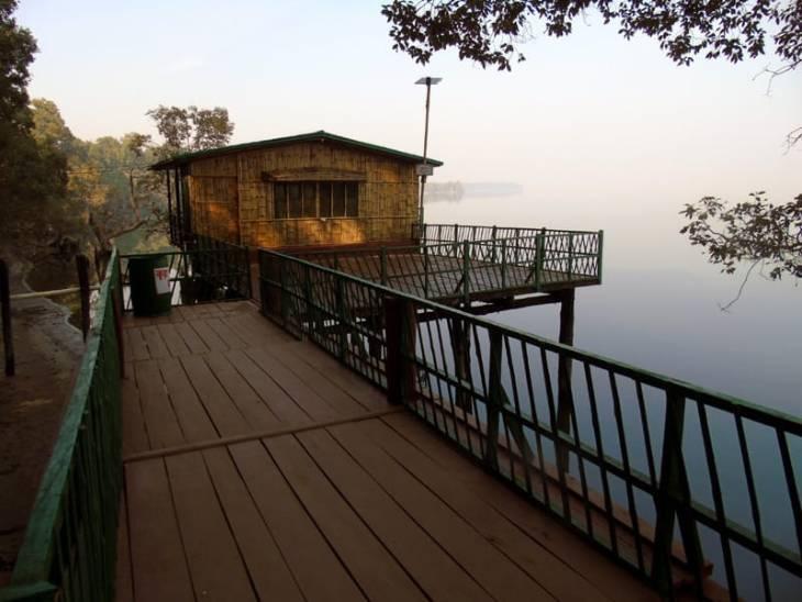 पर्यटकों के ठहरने के लिए यहां ट्री हट, वॉटर हट, बैंबू हट समेत अन्य हटों की व्यवस्था भी है।