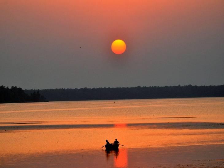 शारदा सागर डैम और पीलीभीत टाइगर रिजर्व के जंगलों के बीच स्थित किनारे को समुद्री तट के रूप में विकसित किया गया है, जहां शाम होते ही एक अनूठा ही अनुभव पर्यटकों को दिखाई देता है।