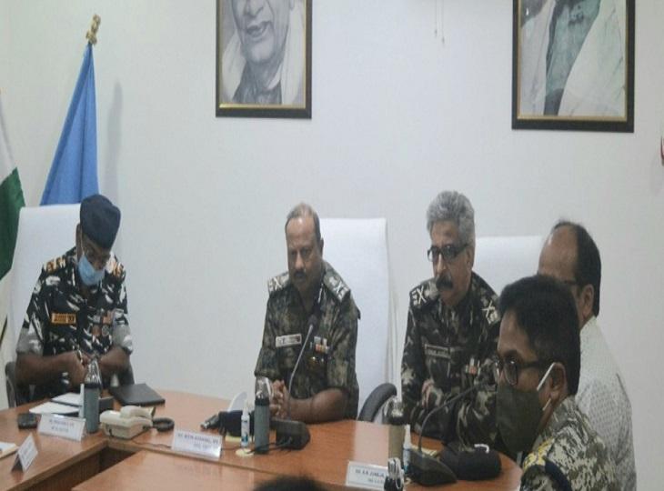 बीजापुर जिला मुख्यालय में नक्सल ओपरेशां के DG अशोक जुनेजा ने अधिकारीयों की बैठक भी ली।