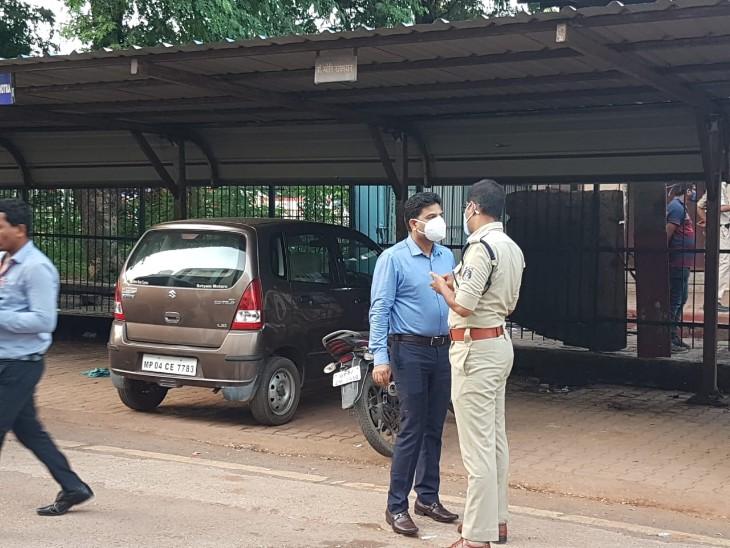 वारदात को लेकर बातचीत करते पुलिस अधिकारी।