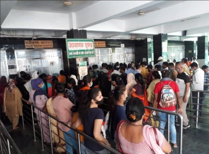 लखनऊ के सरकारी अस्पतालों में उमड़ी भीड़, OPD के लिए पर्चा बनवाने की होड़ में भूले कोरोना प्रोटोकॉल|लखनऊ,Lucknow - Dainik Bhaskar