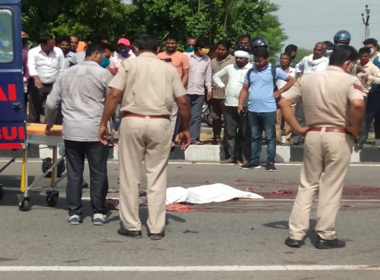 जयपुर में हाइवे पर काफी दूर तक बिखर गए शव के चिथड़े, भीड़ तमाशबीन बनकर मोबाइल से वीडियो फोटो लेती रही, पुलिसकर्मी ने दस्ताने पहनकर उठाया शव जयपुर,Jaipur - Dainik Bhaskar