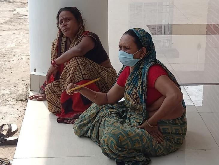 मायागंज अस्पताल में प्रियंका के परिजन।