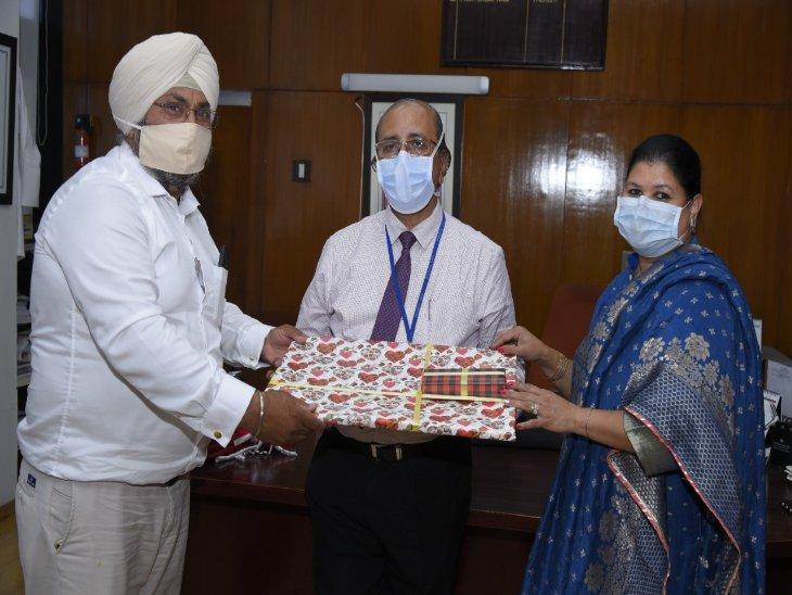 PGI चंडीगढ़ के डायरेक्टर डॉक्टर जगत राम को सम्मानित करते संस्था के सदस्य। - Dainik Bhaskar