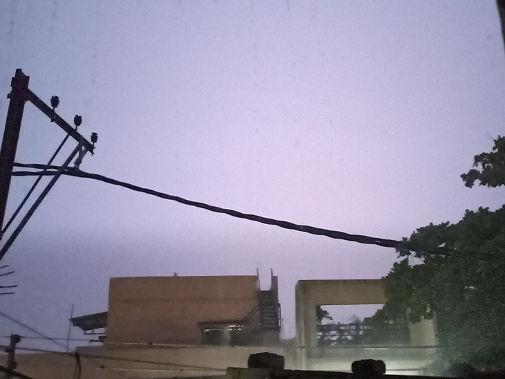 रायपुर में बरसात के दौरान बिजली से आसमान में तेज रोशनी हो रही थी।