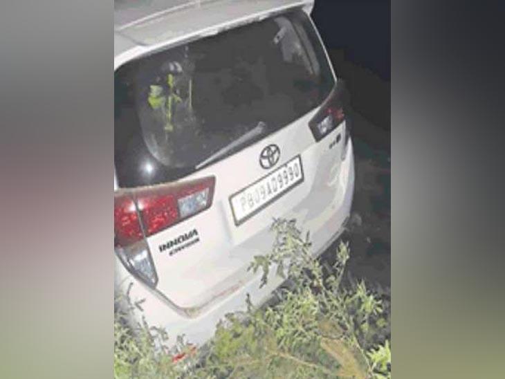 घटनास्थल पर खड़ी हादसे के लिए जिम्मेदार कार, जिसे पुलिस ने कब्जे में लेकर जांच शुरू कर दी है। बताया जा रहा है कि यह रॉन्ग साइड आ रही थी।