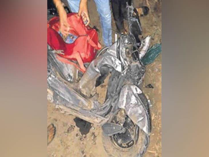 बटाला के निकटवर्ती इलाके में हादसे में क्षतिग्रस्त स्कूटी, जिस पर सवार युवक की मौत हो गई। - Dainik Bhaskar