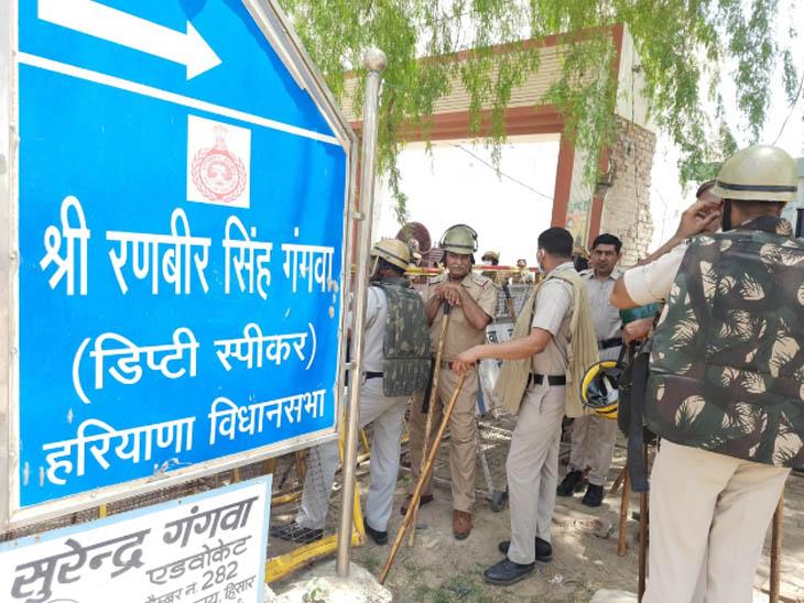 हिसार में डिप्टी स्पीकर रणबीर गंगवा की कोठी को घेरकर धरने पर बैठे किसान, भारी पुलिस बल तैनात|हरियाणा,Haryana - Dainik Bhaskar