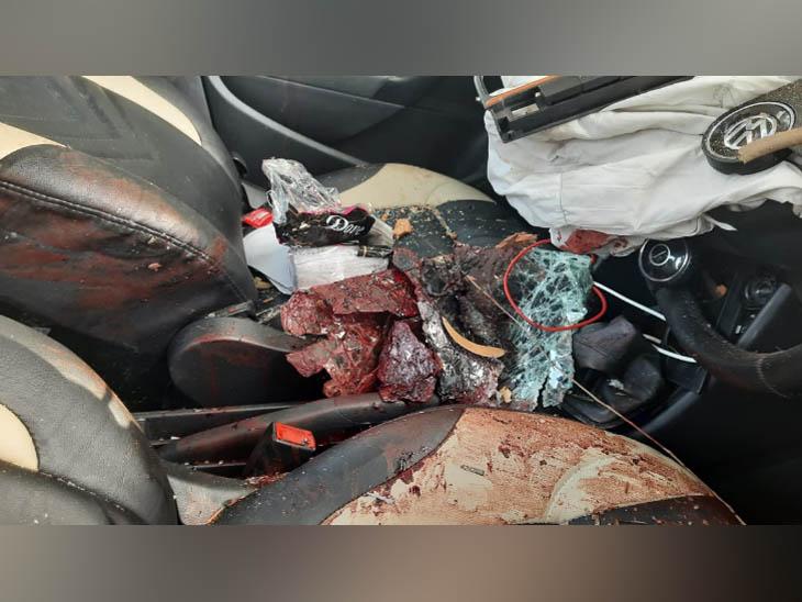 हिसार में तेज रफ्तार की वजह से हादसे में क्षतिग्रस्त हुई कार, जिसमें सवार दो लोगों की मौत हो गई। - Dainik Bhaskar