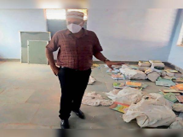 निरीक्षण में कलेक्टर को छात्रावास के अंदर बिखरी मिली किताबें। - Dainik Bhaskar