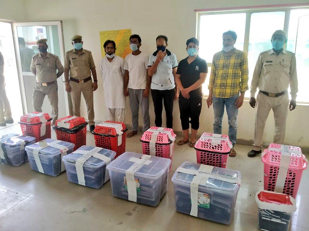 गाजियाबाद में 5 शातिरगिरफ्तार, 105 ब्लैकबेरी मोबाइल और 145 टेलीकॉम कार्ड समेत 2 करोड़ के उपकरण बरामद|गाजियाबाद,Ghaziabad - Dainik Bhaskar