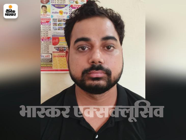 पुलिस ने प्रशांत का मोबाइल जब्त किया है। उसमें कई ऐसी लड़कियों के नंबर से मैसेज मिले हैं, जो प्रशांत से अपना रुपया वापस मांग रही थी। - Dainik Bhaskar