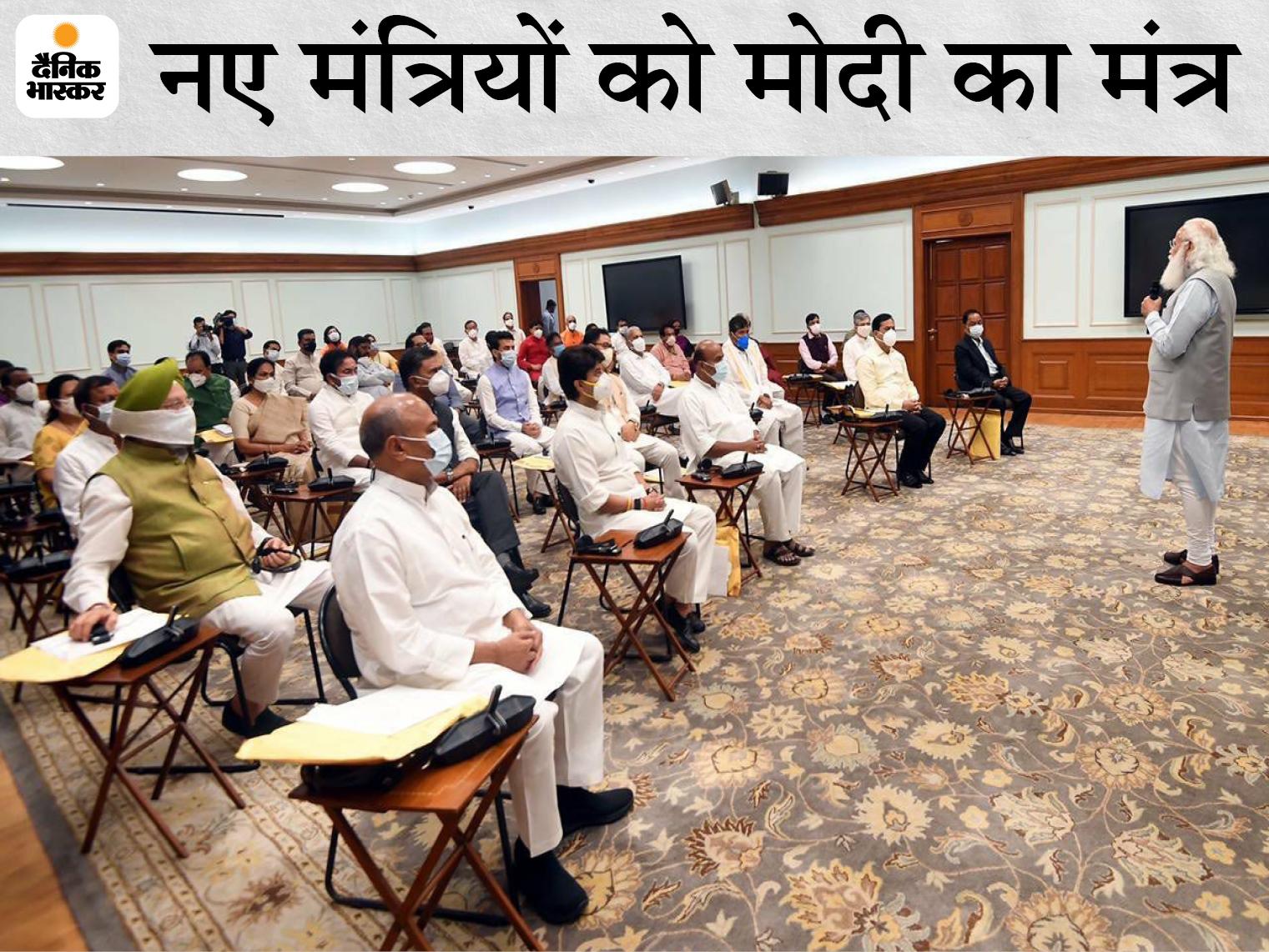 शपथ लेने वाले सांसदों को प्रधानमंत्री मोदी ने अपने आवास पर संबोधित किया।