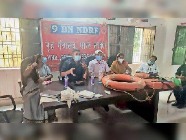 पंचातय प्रतिनिधियों को प्रशिक्षण देते एनडीआरएफ टीम के सदस्य। - Dainik Bhaskar