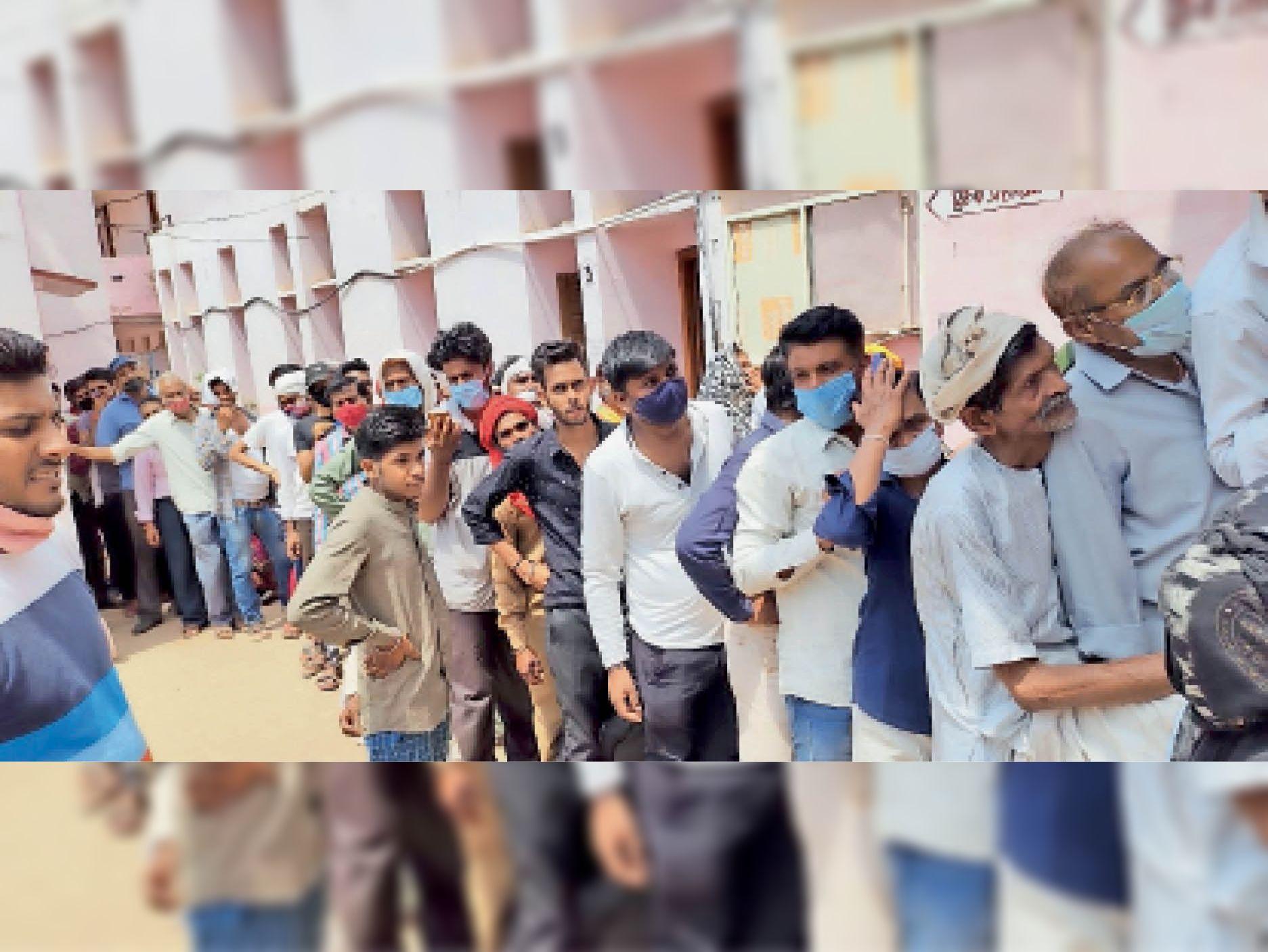 कन्या स्कूल में वैक्सीनेशन कराने के लिए लगी लोगों की लंबी कतार। - Dainik Bhaskar