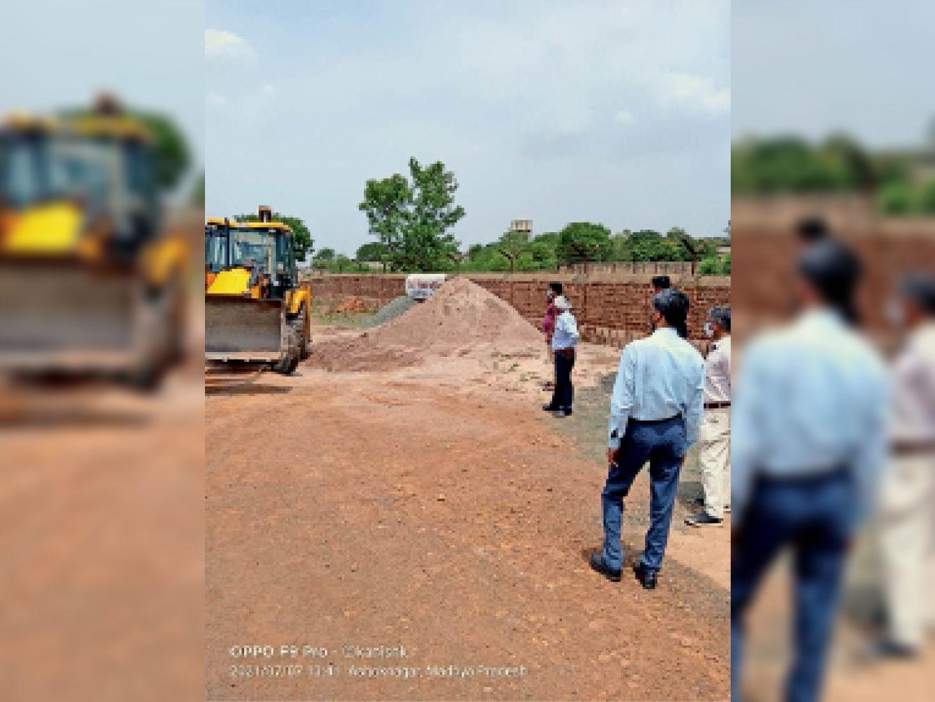 अधिकारियों ने कार्रवाई कर जब्त की रेत। - Dainik Bhaskar