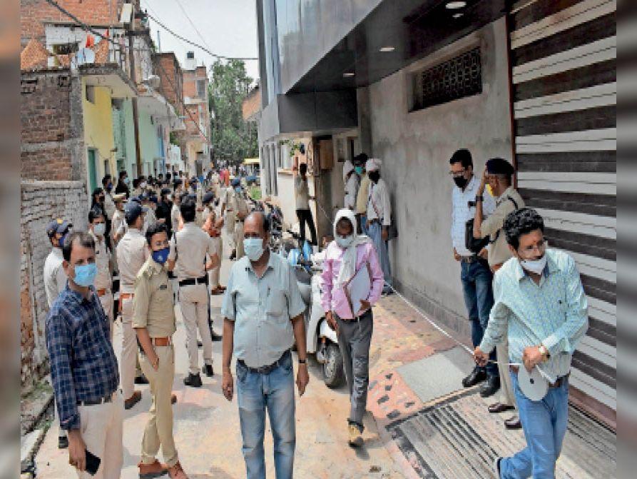 छतरपुर आदतन अपराधियों के घर की नाप करने रजस्व कर्मचारी। - Dainik Bhaskar