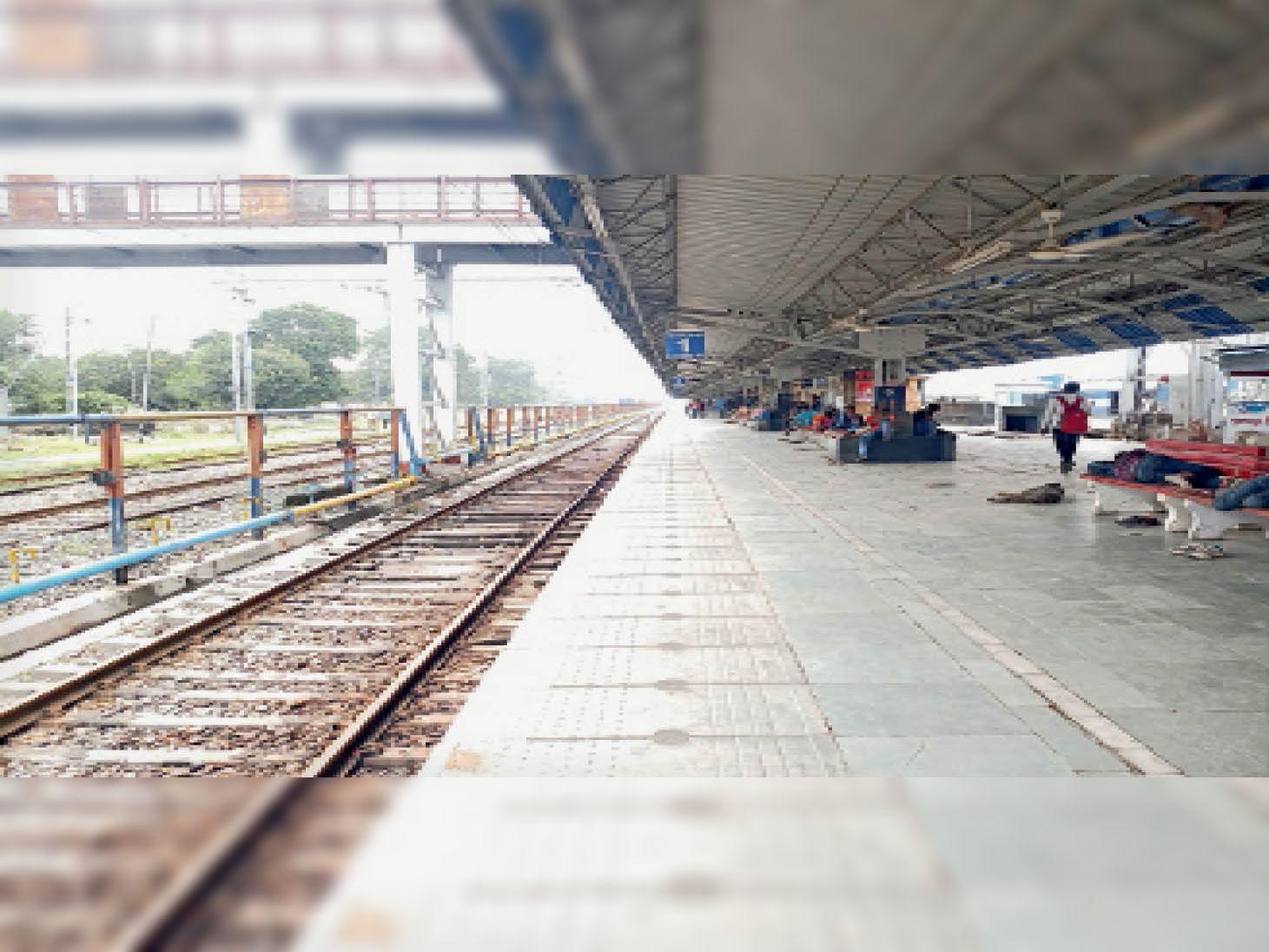 नरकटियागंज रेलवे जंक्शन पर छाई विरानगी। - Dainik Bhaskar