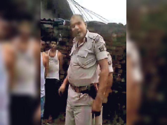 नवहट्टा थाने के जमादार उदयनाथ का वीडियो वायरल। - Dainik Bhaskar