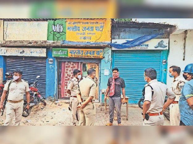घटना के बाद साकची टैंक रोड स्थित भाजपा ऑफिस के बाहर पुलिस जवान। - Dainik Bhaskar