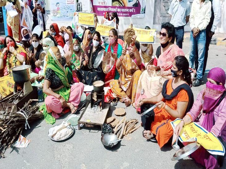 चूल्हे पर खाना पकाकर विरोध प्रकट करती महिलाएं