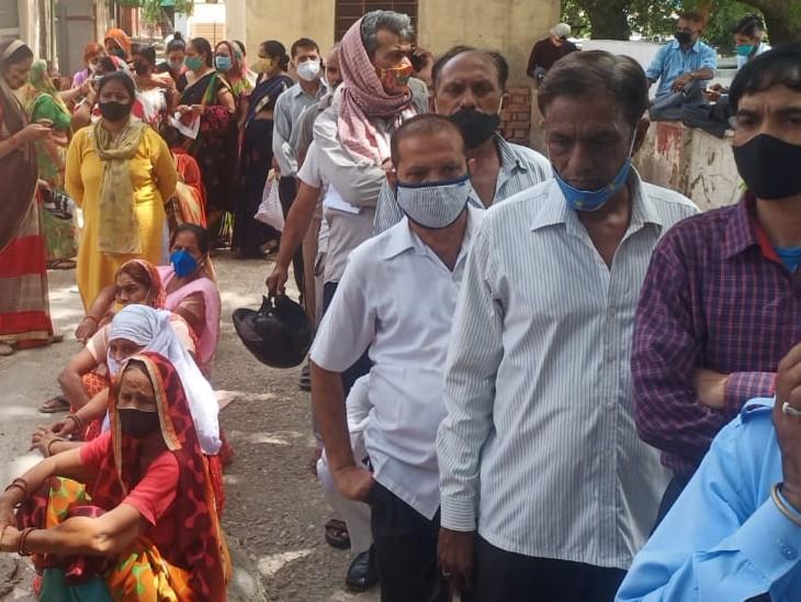 वैक्सीन नहीं लग रही। ऐसे भीड़ पहुंच रही सेंटर। - Dainik Bhaskar
