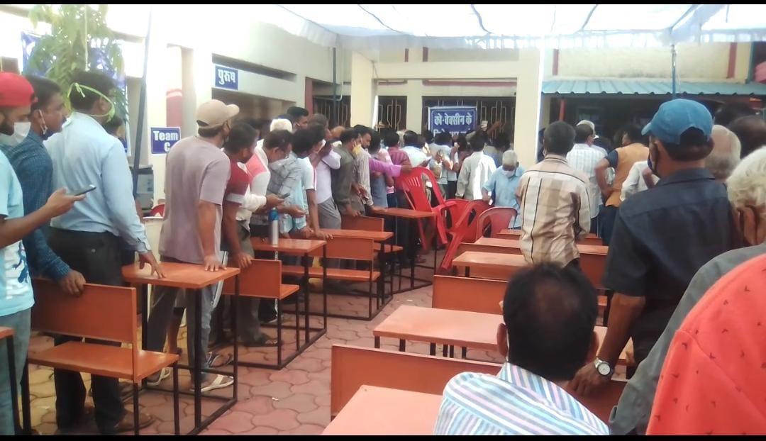 इटारसी सुबह वैक्सीनेशन के लिए धक्का-मुक्की, बड़ी संख्या में पहुंचे लोग, 32 केंद्रों पर वैक्सीनेशन जारी|होशंगाबाद,Hoshangabad - Dainik Bhaskar