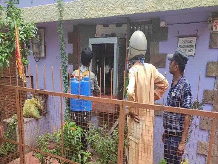सस्पेक्टेड डेंगू मरीज के घर व आसपास क्षेत्र में छिड़काव कराया जा रहा है।