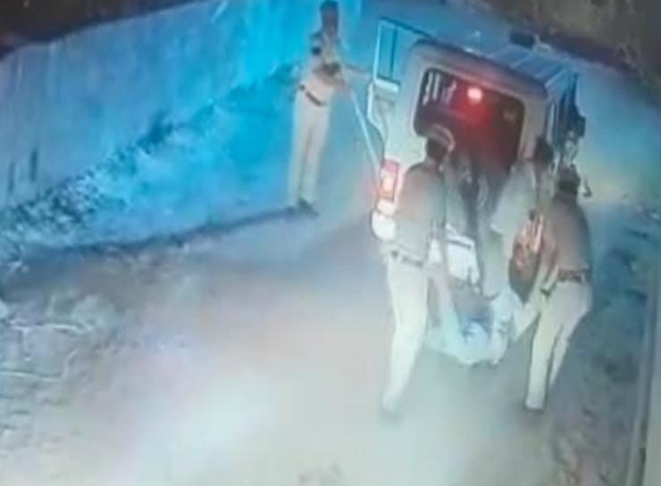 23 अप्रैल को कमलेश की मौत के बाद CCTV में शव को उठाकर ले जाते नजर आए थे पुलिसकर्मी