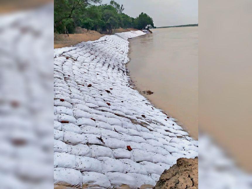 कटाव रोकने के लिए नदी किनारे बालू भरकर रखे गए बोरे। - Dainik Bhaskar