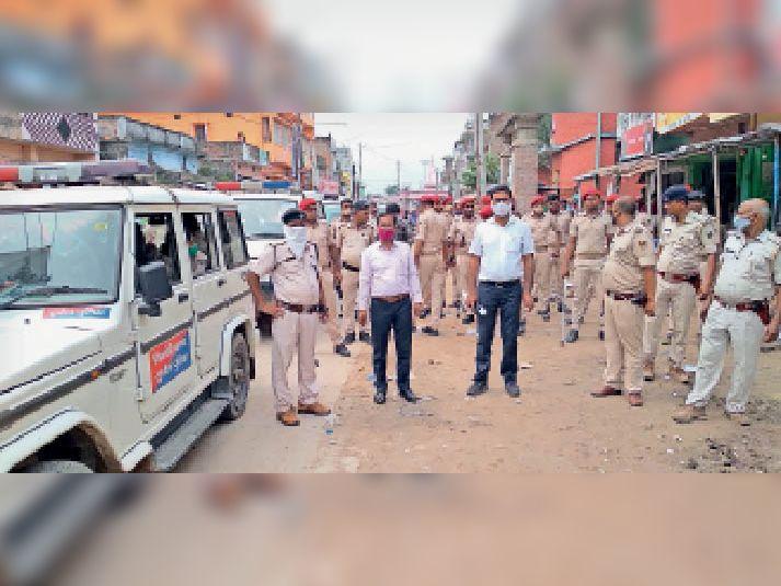 घटना के बाद शहर में तैनात पुलिस और मौजूद अधिकारी।