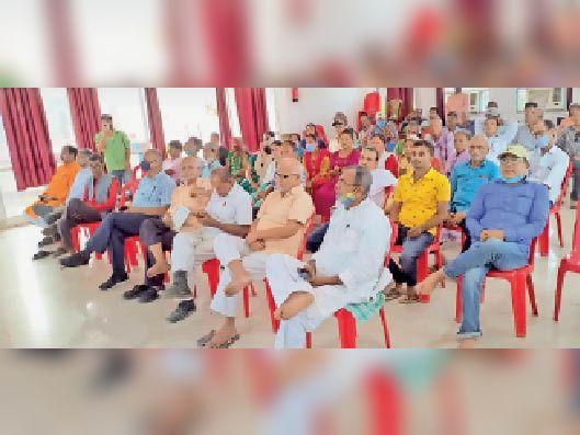 श्रद्धांजलि सभा में उपस्थित गणमान्य नागरिक । - Dainik Bhaskar