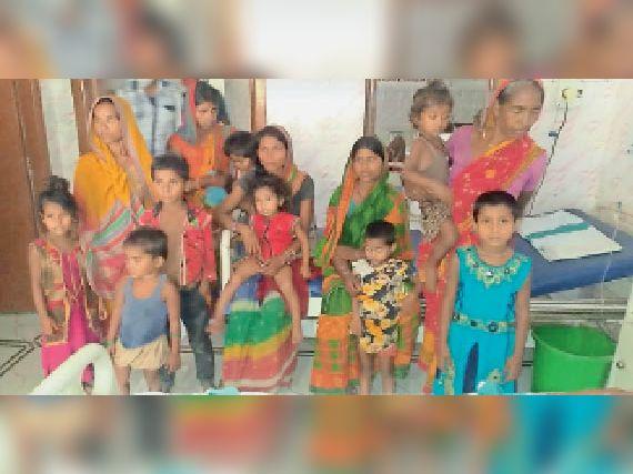 परिजनों के साथ सदर अस्पताल में मौजूद बच्चे। - Dainik Bhaskar