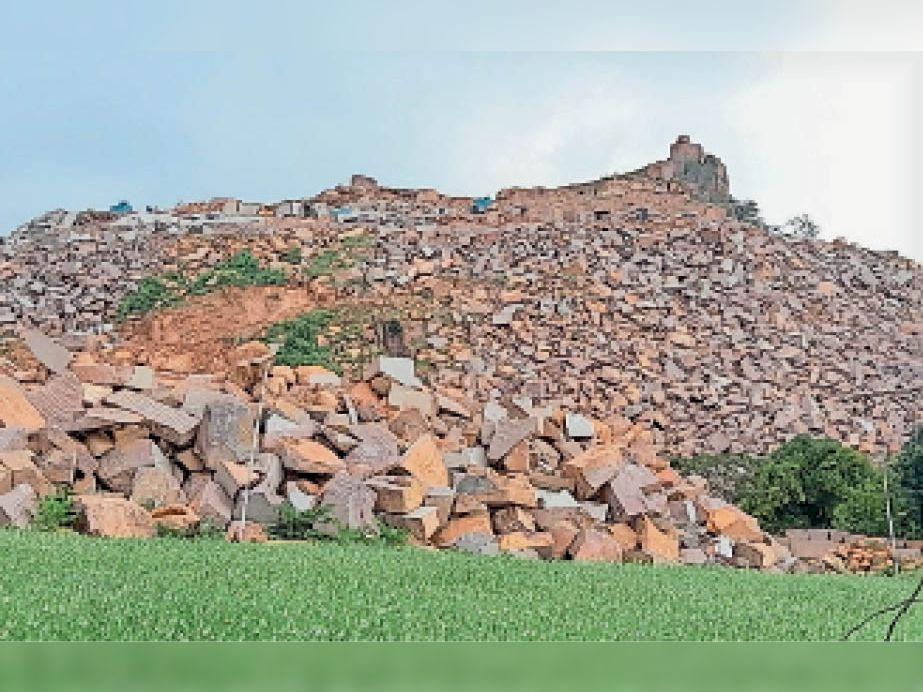 छतरपुर/लवकुशनगर  लवकुशनगर की बस्ती के बीच हो रहा खनन - Dainik Bhaskar