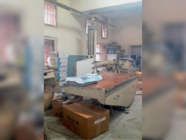 सीएचसी में बिना रेडियोलॉजिस्ट के कबाड़ में तब्दील होती एक्स रे मशीन। - Dainik Bhaskar