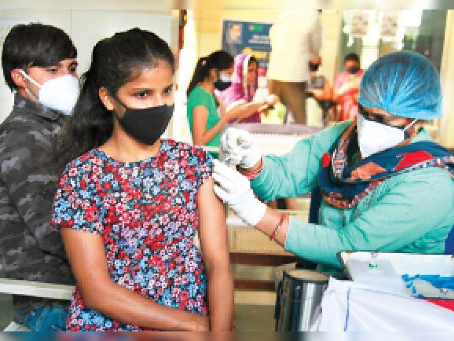 गुड़गांव. वैक्सीन लगवाती युवती। - Dainik Bhaskar