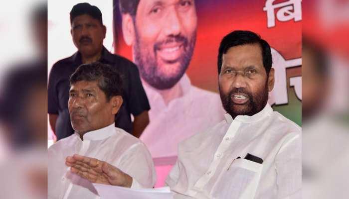 तस्वीर लोकसभा चुनाव 2019 की है। इसमें तब रामविलास पासवान ने भाई पशुपति पारस के लिए वोट मांगा था।