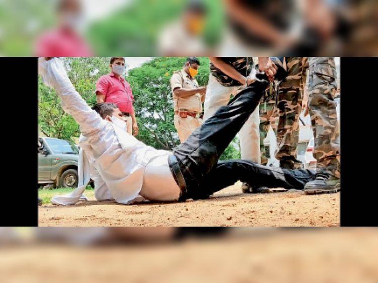 छात्रों को जबरन उठाकर बाहर निकालती पुलिस। - Dainik Bhaskar