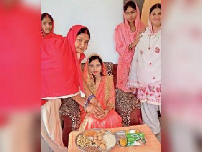 केंद्र संख्या 76 पर गोद भराई करती सेविका पम्मी देवी। - Dainik Bhaskar