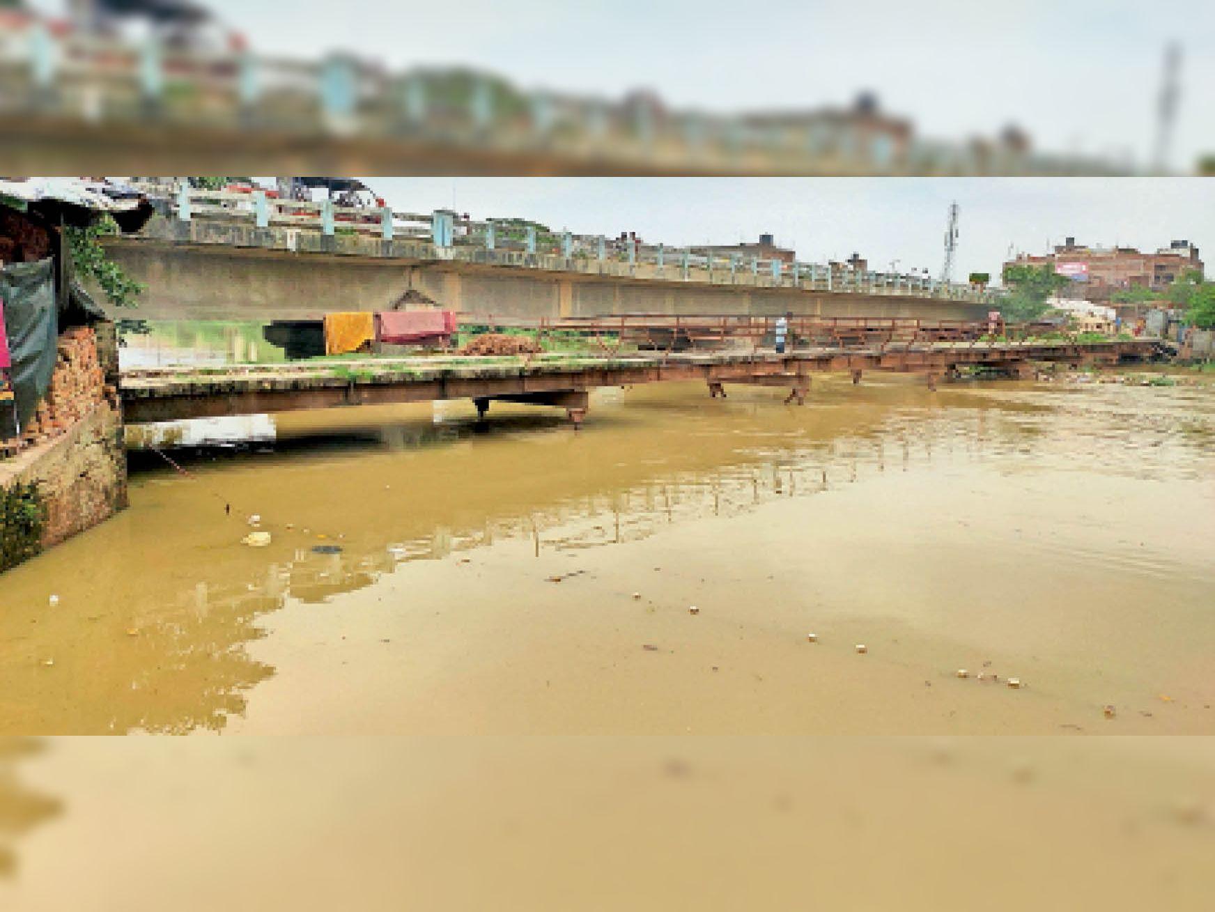 शहर के किलाघाट के पुराना पुल के करीब पहुंचा बागमती नदी का पानी। मोहल्ले में भी पहुंचने की जताई जा रही संभावना। - Dainik Bhaskar