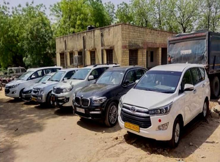 कमलेश के घर से जब्त की गई थी 11 लक्जरी गाड़ियां