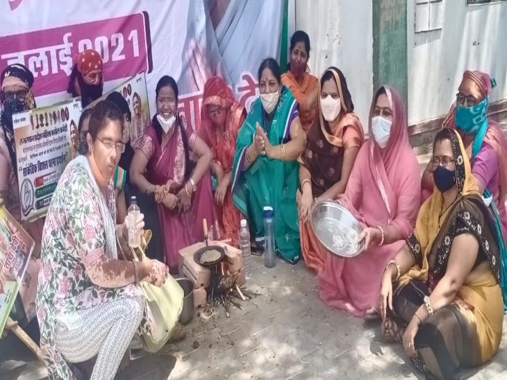 महंगाई के विरोध में कलेक्ट्रेट के पास चूल्हा जलाकर बनाई रोटी, केन्द्र सरकार के खिलाफ विरोध प्रदर्शन झुंझुनूं,Jhunjhunu - Dainik Bhaskar