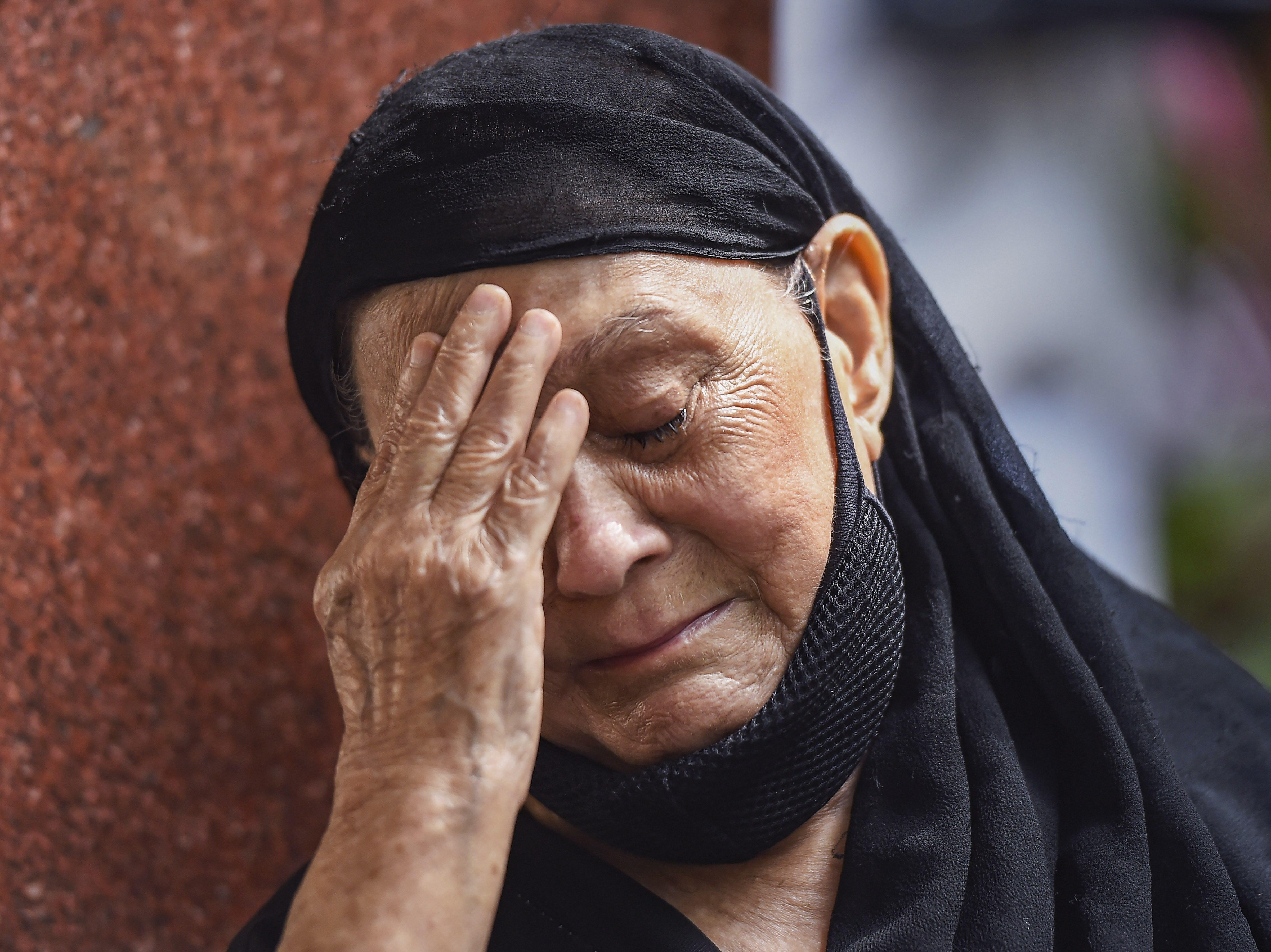 दिलीप कुमार की एक फैन उनके घर के बाहर आंसू बहाते हुए।