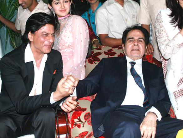 दिलीप कुमार का 94वां जन्मदिन काफी धूमधाम से मनाया गया था जिसमें शाहरुख खान भी पहुंचे थे। सायरा बानो ने एक बार कहा था कि दिलीप साहब शाहरुख को मुंहबोला बेटा मानते थे क्योंकि उनकी कोई संतान नहीं थी।